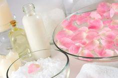 Comment faire soi-même son eau de rose ? L'eau de rose purifie et tonifie la peau, elle est très souvent utilisée dans la réalisation de soins naturels. Cette recette de beauté est adaptée aussi bien pour la peau sèche que pour la peau grasse. Un soin aussi parfait pour hydrater votre visage !