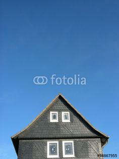 Zwillingsfenster einer Altbaufassade mit grauen Schindeln aus Schiefer in Wißmar in Mittelhessen