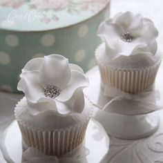 Live the large embellished flower on these cupcakes
