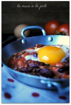 Oeufs aux plat cuit dans de la sauce tomate aux haricots rouges