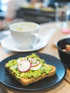 Die Brüher - Ein Coffeedate bei 35 Grad in Linz - coral and mauve Avocado Toast, Mauve, Coral, Foods, Drinks, Breakfast, Linz, Food Food, Drinking