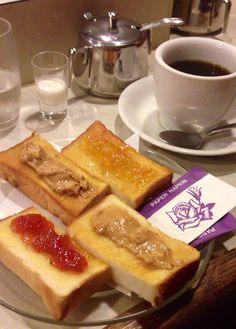 昔ながらの懐かしい喫茶店といえば、ここだ。 浅草六区の「珈琲アロマ」。名物トーストは一枚から。バリエーションがハンパない! ずっと居たくなる。