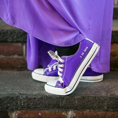 Kick off those heels and put on your comfy shoes! If you want to wear your fancy shoes for the ceremony just take them off afterwards, your feet will love you for it. Xoxo @weddingchicks #wedding #photography #shoes #converse #purple