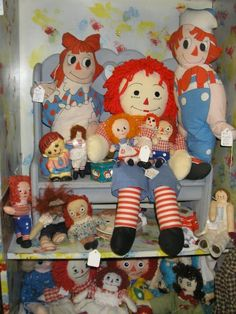 vintage raggedy ann and raggedy andy display