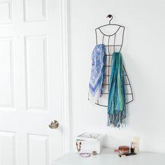 viste tu pared con este original y bonito perchero de metal en forma de vestido