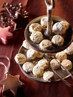 Vanille-Mürbchen       Zutaten: Für den Knetteig: 250 g Weizenmehl, 1 Pck. Puddingpulver (z.B. Dr. Oetker Gala), Bourbon-Vanille, 50 g brauner Zucker, etwas aus der Dr. Oetker Bourbon Vanillemühle, 200 g weiche Butter. Außerdem: etwa 100 g Puderzucker. Zubereitung: Backblech mit Backpapier belegen. Backofen vorheizen. Ober-/Unterhitze: etwa 180°C, Heißluft: etwa 160°C. Knetteig: Mehl in eine Rührschüssel geben und übrige Zutaten hinzufügen. Alles mit einem Mixer (Knethaken) zunächst kurz…