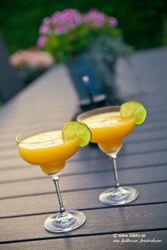 Frozen Mango Margarita - 56kilo.se - Recept, inspiration och livets goda Fun Cocktails, Summer Drinks, Cocktail Drinks, Fun Drinks, Alcoholic Drinks, Frozen Mango Margarita, Frozen Margaritas, Frozen Drinks, Juice Drinks
