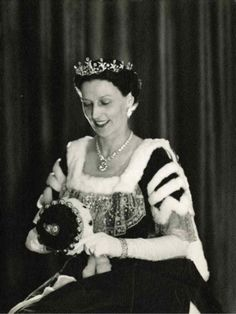 Lady Harcourt wearing the Harcourt diamond tiara with stylised lily motifs. At this point the tiara is in it's largest form, before with 'outlying' diamonds have been removed. Image courtesy of the NPG Royal Crowns, Royal Tiaras, Royal Jewels, Tiaras And Crowns, Crown Jewels, Adele, Royal Photography, Diamond Tiara, Glamour
