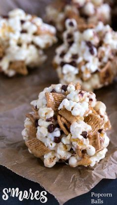 Balls S'mores popcorn balls are perfect as party treats, after-school snacks, or for dessert!S'mores popcorn balls are perfect as party treats, after-school snacks, or for dessert! Popcorn Recipes, Snack Recipes, Dessert Recipes, Dessert Ideas, Just Desserts, Delicious Desserts, Yummy Food, Baking Desserts, Yummy Treats
