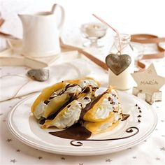 Crepes de nata con salsa de chocolate