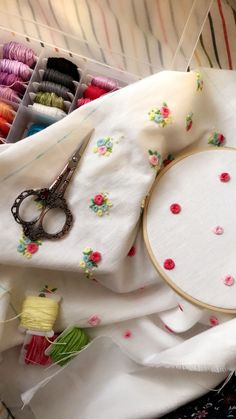 48 Ideas embroidery techniques fashion ideas for 2019 Hand Embroidery Dress, Floral Embroidery Patterns, Hand Embroidery Stitches, Embroidery Fashion, Embroidery Hoop Art, Hand Embroidery Designs, Embroidery Techniques, Beaded Embroidery, Ribbon Embroidery Tutorial