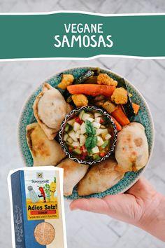 """Samosas mit Safran-Gemüse und Birnen Relish - da werden 1001 Träume wahr. Gelingt immer mit unserer Gewürzmischung """"Adios Salz""""  #vegan #vegetarisch #Samosas #orientalisch #adiossalz Samosas, Chutney, Camembert Cheese, Dairy, Canning, Food, Pictures, Vegan Dishes, Vegane Rezepte"""