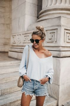 Casual summer style lightweight summer sweater, cut off denim shorts. Boho Outfits, Casual Outfits, Fashion Outfits, Fashion Trends, Fashion Clothes, Casual Shorts Outfit, Fashion Ideas, Ladies Fashion, Casual Clothes