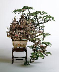 Casas na árvore em miniatura feitas em bonsais.
