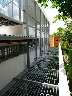 La planta  intermedia se encuentra a nivel de la calle y es por este nivel que se le accede a la vivienda,  además  se le pueden llegar directamente a las dependencias privadas por una entrada adicional por el  garaje techado.