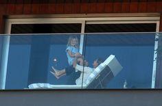 Gisele Bündchen é vista brincando com a filha na sacada do hotel Fasano, em São Paulo