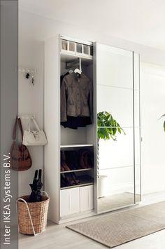 Ein Spiegelschrank mit Schiebetüren ist wohl das praktischste Möbelstück für den…