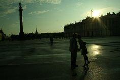 encontrarme la misma pareja besándose frente al Hermitage de día y de noche..