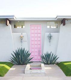 puerta de color rosa chicle