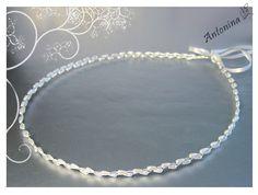 Sehr fein gearbeitet ist dieser silberfarbene Haarkranz / Brautkranz, **mit vielen kleinen, länglichen Perlen in Tropfenform in der Farbe ivory bzw. offwhite**. Sehr schlicht und in klassischer...