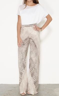 Airy lightweight pants / classy snake print / white / beige tones / women's fashion apparel / all year round apparel Pretty Outfits, Cute Outfits, Fashion Outfits, Womens Fashion, Fashion Trends, Looks Chic, Vogue, Work Attire, Passion For Fashion
