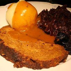 Seitanbraten - Ein klassischer Festtagsbraten, mit Soße, Knödeln und Rotkohl. Frohes Fest! Das Rezept ist wie immer vegan.