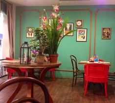 I just love how pho restaurant brings us back to the old Vietnamese ambience... Vintage yet romantic ambience