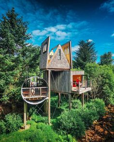 An EPIC treehouse with an even more amazing bedroom—who wouldn't love a fold out a frame? 😍 Tiny House Movement // Tiny Living // Cabin in the Woods // A frame Cabin // Tiny House Cabin, Tiny House On Wheels, Location Airbnb, Canopy And Stars, Voyager Loin, Road Trip, Luxury Escapes, Tiny Studio, Destinations