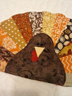 Turkey Mug Rug - Turkey Coaster These cute and colorful turkey mug rugs are both fun and functional! Theyll definitely add some cheer to your Mug Rug Patterns, Quilt Patterns, Placemat Patterns, Canvas Patterns, Quilting Projects, Sewing Projects, Sewing Ideas, Art Quilting, Quilting Tips