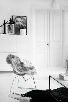 Het witte interieur is prachtig. Ik vind de stoel met het kleedje er op ook heel mooi past er mooi bij de decoratie is ook heel mooi