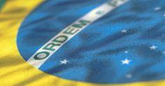 """História e curiosidades sobre a bandeira brasileira. A bandeira é um dos símbolos mais importantes de um país. No caso do Brasil, as cores verde e amarelo costumam ser associadas imediatamente à nação. Mas você sabe o porquê da presença dessas duas cores e do azul? Conhece o significado da frase """"ordem e progresso""""? Sabe quem compôs o Hino da Bandeira?"""