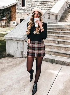 Look saia xadrez inverno com meia roupas в 2019 г. City Outfits, Paris Outfits, Casual Outfits, Fashion Outfits, Outfits Otoño, Work Outfits, Fashion Mode, Look Fashion, Fall Winter Outfits