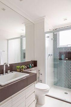 Decoração de apartamento colorido. O banheiro com cores neutras e box estampado.