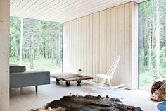 Living room - Window walls - Finnish wood - Via La maison d'Anna G. Living Room Scandinavian, Scandinavian Interior Design, Modern Cottage, Cottage Living, Interior Walls, Best Interior, White Wash Walls, Living Room Windows, Feng Shui