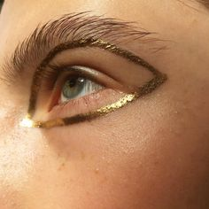 Graphic Gold - Out of This World Metallic Makeup Looks - Photos Metallic Makeup, Gold Makeup, Eye Makeup, Hair Makeup, Crazy Makeup, Makeup Looks, Makeup Inspo, Makeup Inspiration, Work Inspiration