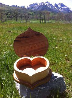 Caja-joyero con cuerpo de fresno en forma corazón de una pieza y tapa y base de roble. Caja aniversario.