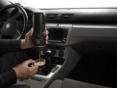 Uma máquina de espresso mobile. Você pluga na tomada 12v do carro e toma um cafezinho na hora.