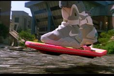 Accept it! Everybody wants this items comes true. Marty McFly using the Flying Skaterboard by Mattel and his Tennis the Power Laces by from Back to the Future II , Michael J Fox, Nike Outfits, E Sport, Mattel, Marty Mcfly, E Mc2, Cool Tech, Back To The Future, Akita