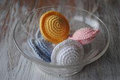 "Free Crochet Pattern for Swedish ""UFO-Candy"" - Gratis mönster på virkade tefat godis"