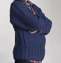 Des gilets bien zippés pour des mecs bien assumés !  Comme le modèle homme (modèle 18, catalogue 92), le gilet est tricoté en ' laine partner 6 ', coloris NAVAL, associé d'une fermeture à glissière. Idéal avec une chemise, ou un polo et surtout pour faire comme papa ! Modèle tricot n°19 du catalogue 92 : Spécial qualité partner