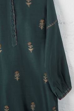 Fashion hijab style casual shoes ideas for 2019 Embroidery On Clothes, Embroidery Fashion, Kurti Embroidery, Dress Neck Designs, Blouse Designs, Trendy Dresses, Casual Dresses, Casual Shoes, Kurta Patterns