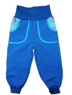 Dětské softshell kalhoty. Kalhoty jsou ušity do pružného bavlněného pasu, který nikde netlačí a přizpůsobí se pohybu. Délka kalhot je zakončena opět pružným lemem, kterým lze regulovat délku. Švy s dvojitým prošíváním zaručuje pevnost na tah a zabezpečení proti rozpárání.