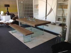 Mesa comedor con bancos en madera y patas de cristal