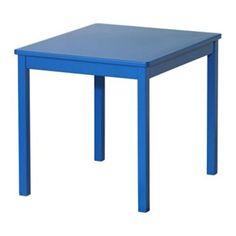 Table d'enfant en bois. Est restée en extérieur, ce qui l'a abîmée. Destinée à l'extérieur. Sinon, prévoir de la repeindre.