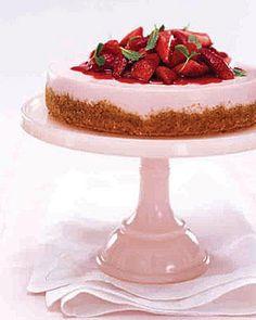 Recette Cheesecake vanille-fraise : Beurrez un moule à manqué de 20 cm de diamètre. Mélangez les biscuits écrasés et le beurre fondu, puis versez dans le ...