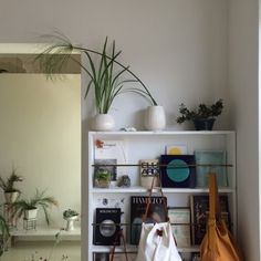 mmh Vintage Shops, Living Spaces, Bubbles, Sweet Home, Objects, Shelves, Interior Design, Room, Editorial