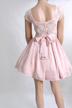 Zarte, junge Brautjungfern brauchen zarte und verspielte Kleider! Dieses kurze Cocktail mit rosafarbener Spitzen wirkt jugendlich und frisch. Mehr wertvolle Tipps und praktische Hilfestellungen findest du auf unserer Website: http://wed2easy.de/