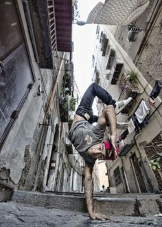 RED BULL BC ONE – 'UNO CONTRO UNO' ARRIVA A NAPOLI: LA PIU' IMPORTANTE COMPETIZIONE MONDIALE DI BREAKDANCE Hip Hop Dance Moves, Best Hip Hop, Dynamic Poses, Blink Of An Eye, Street Dance, Art Poses, Dance Photos, Parkour, Just Dance