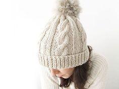 Wool Beanie with fur pom pom – Knitting Pattern & Tutorial Beanie Knitting Patterns Free, Knitting Paterns, Beanie Pattern, Knit Patterns, Free Knitting, Baby Knitting, Knitting Stitches, Wooly Hats, Knitted Hats