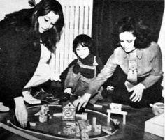 Belgin Doruk çocukları ile oyun esnasında.
